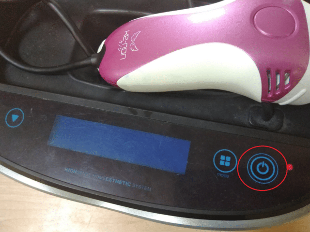 ケノンのバージョンを確認するために電源ボタンを押す