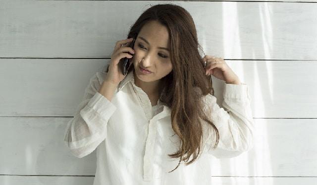 長電話する女性